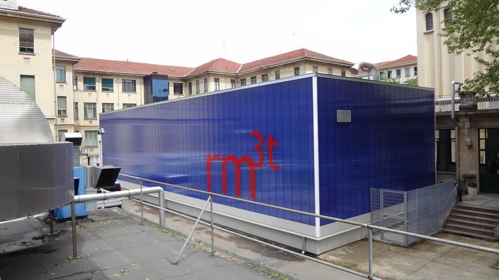 prespaziato adesivo per decorare la facciata dello stabile che ospita la risonanza magnetica funzionale 3 testa alle molinette