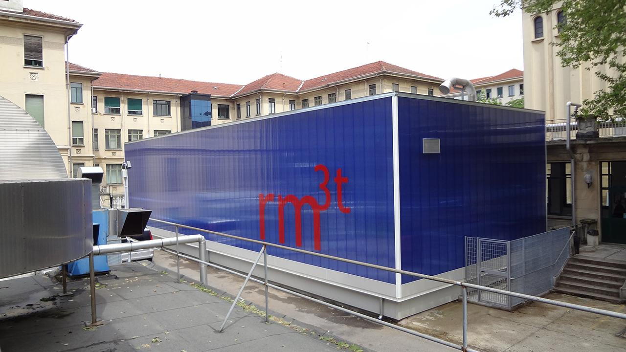 adesivo murale in prespaziato adesivo per decorare la facciata dello stabile che ospita la risonanza magnetica funzionale 3 testa alle molinette