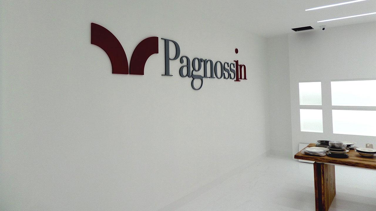Allestimento showroom Pagnossin con lettere fresate e dipinte a mano