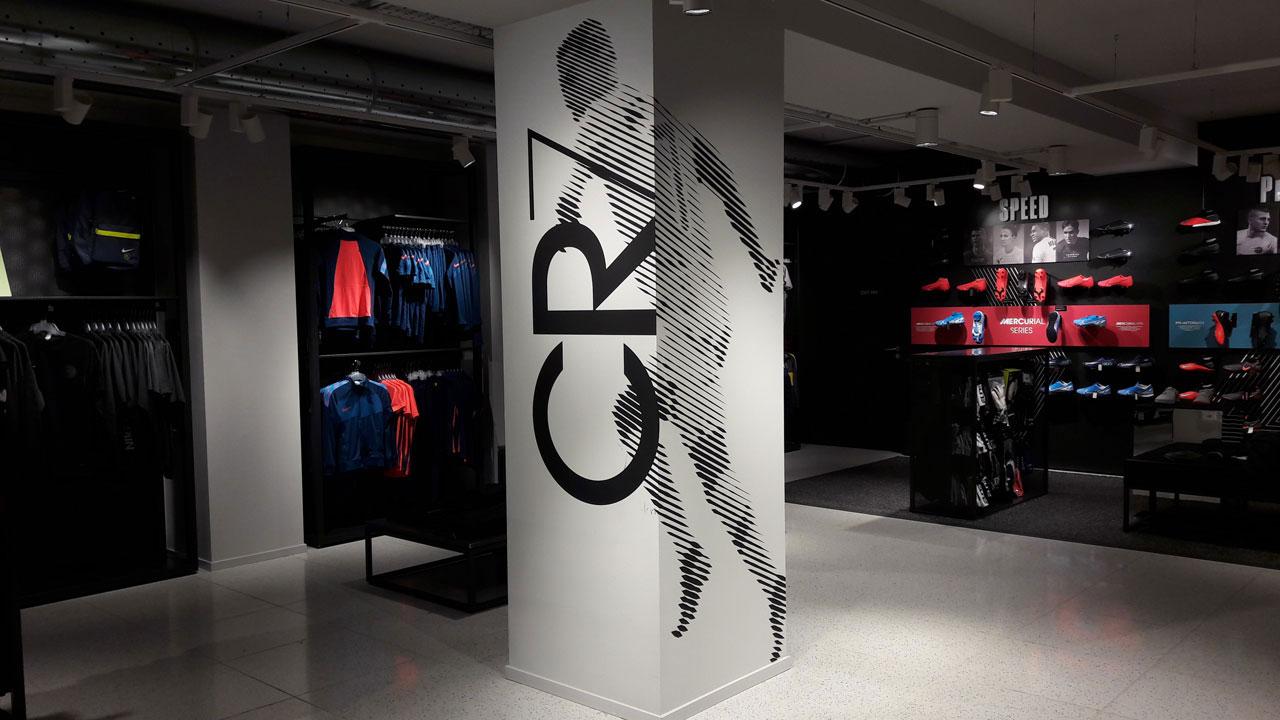 pittura murale di Cristiano Ronaldo CR7 su una colonna nel Nike Store di Torino